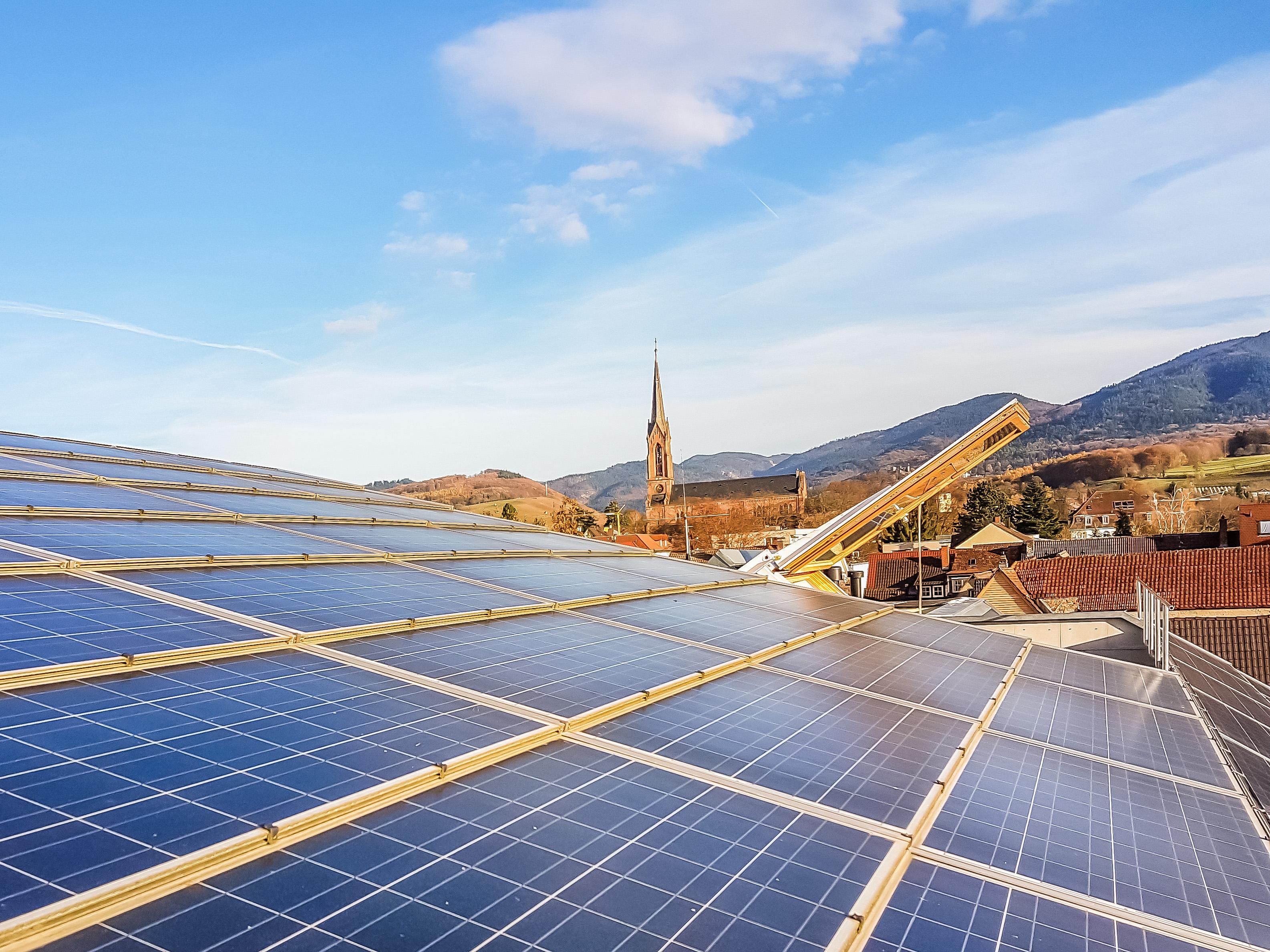 Solarkollektoren als energieliefernder Sonnenschirm auf der Terrasse