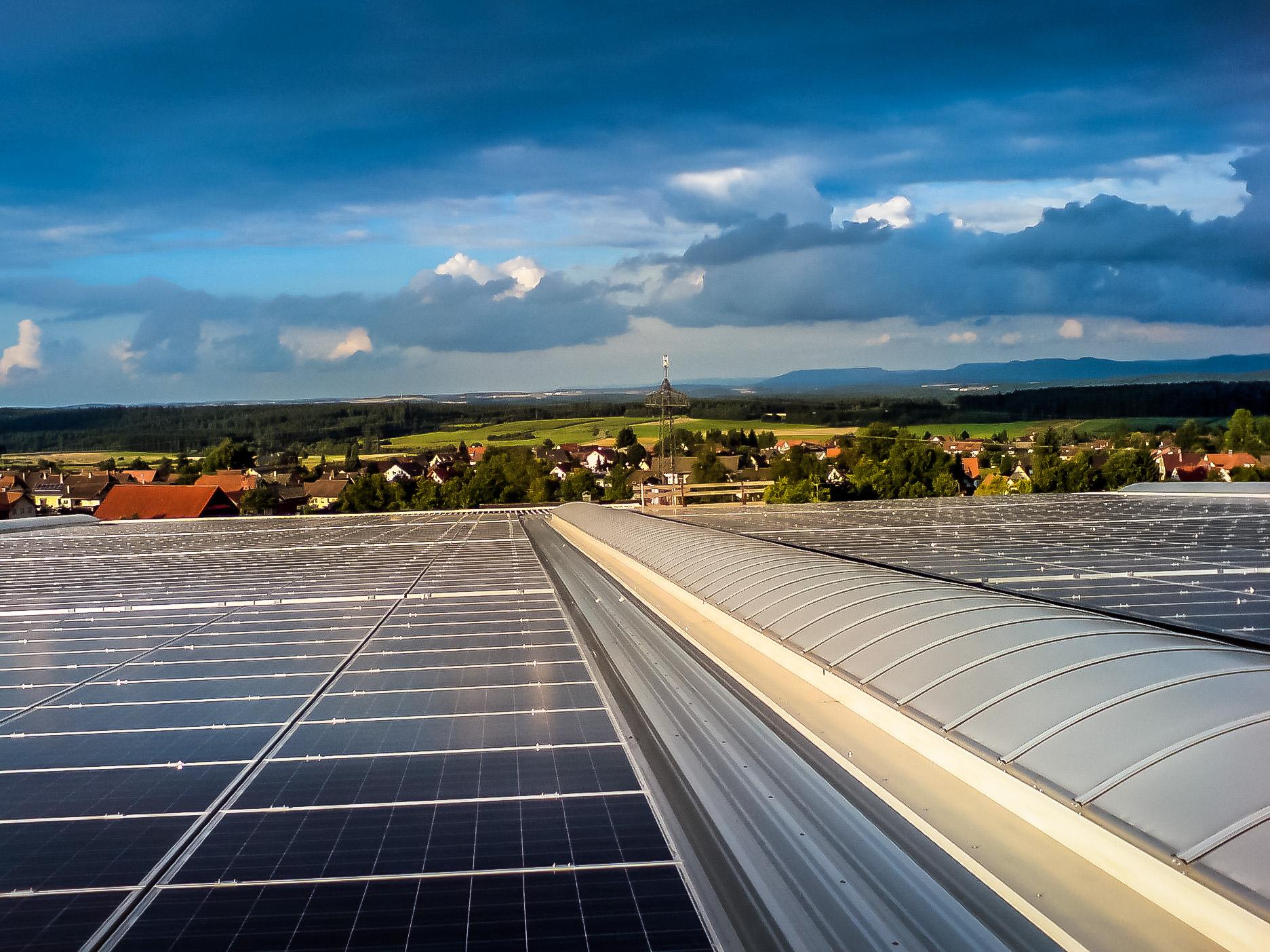 Großflächige Hallendächer energieeffizient nutzen