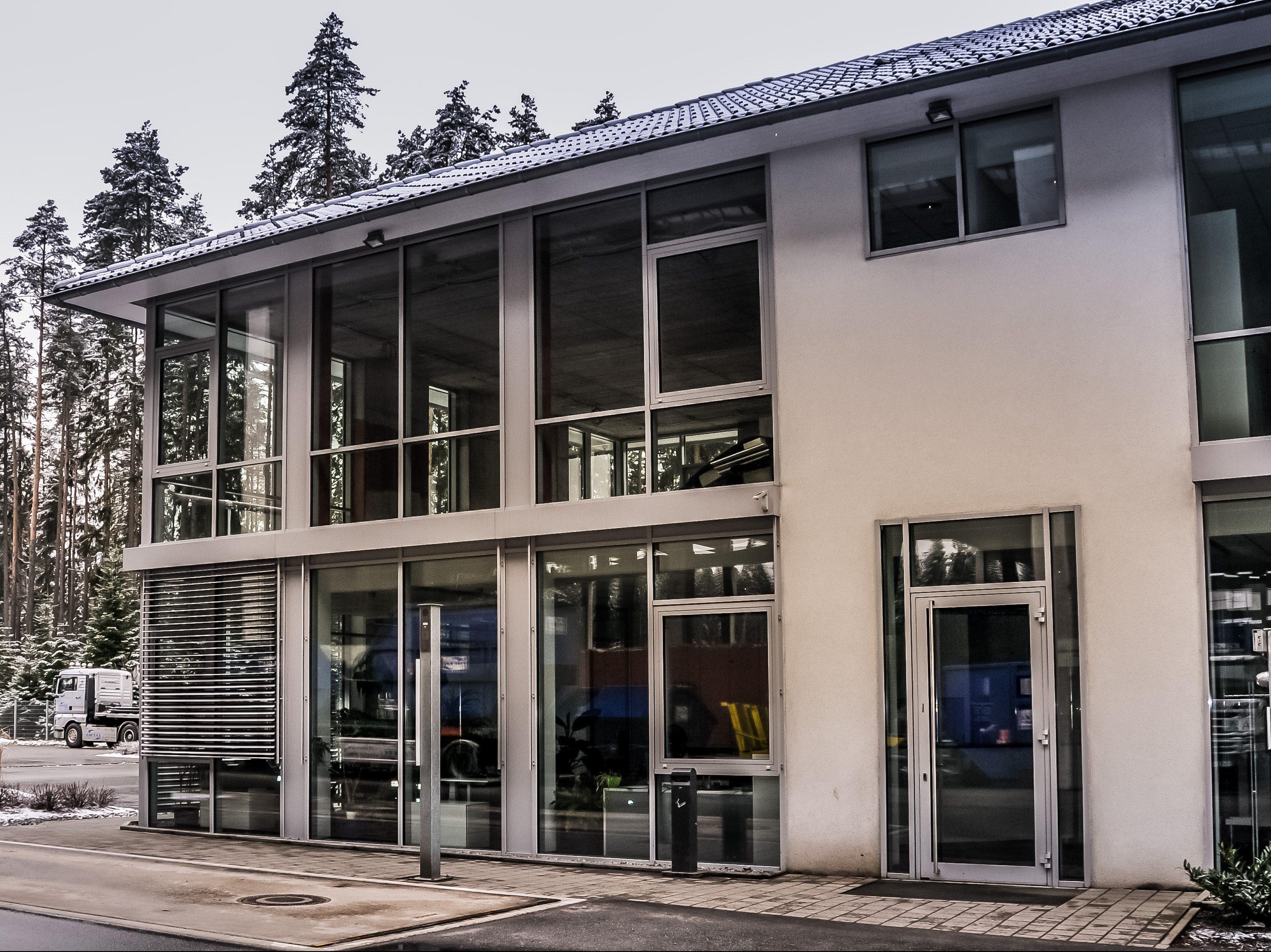 Modernes Verwaltungsgebäude mit viel Licht und dem etwas anderen Empfang